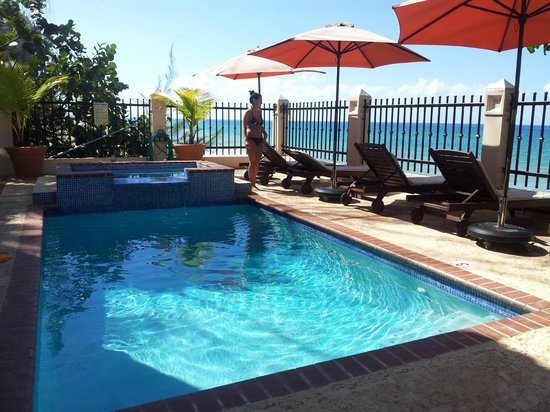 Tres Sirenas Beach Inn: Pool Area
