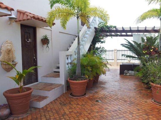 Tres Sirenas Beach Inn: Entering from the street