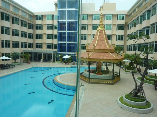 Phnom Penh Hotel: 回廊型のホテルに、エレベーターが二つ(表口と裏口用)