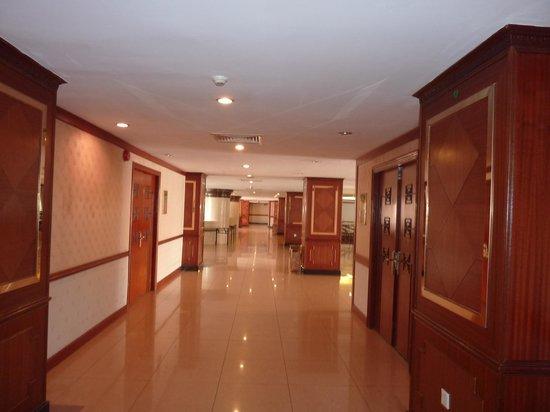Phnom Penh Hotel : ホテル廊下から各ルームの入り口