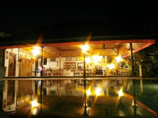 Prima Cottage : restaurant and pool at night