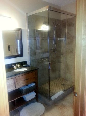 Berry Springs Lodge: Large glass shower