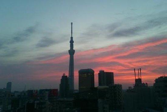 THE GATE HOTEL Asakusa Kaminarimon by HULIC: クラッシールームから 夜明けのスカイツリー