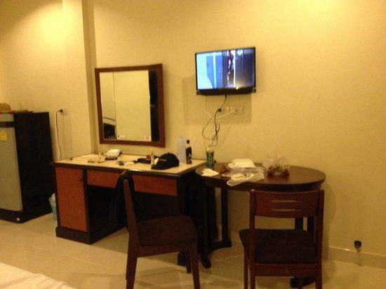 Kasemsuk Guesthouse : Desk, table  & flat screen