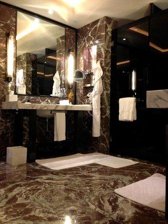 Four Seasons Hotel Guangzhou : 浴室有地熱,光著腳丫子不會涼冰冰.