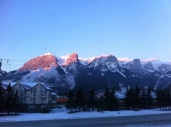 Canmore Rocky Mountain Inn: The Rockies, as we woke up.  Wow!