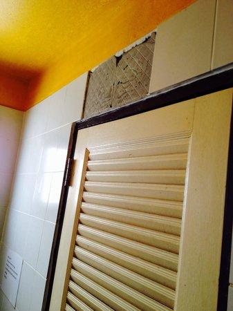 Pirates House: Missing Tiles above bathroom door