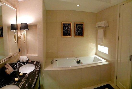 The Trans Luxury Hotel Bandung: bath room