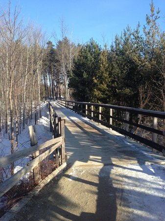 Scandinave Spa at Blue Mountain : wooden path from the parking lot to reception