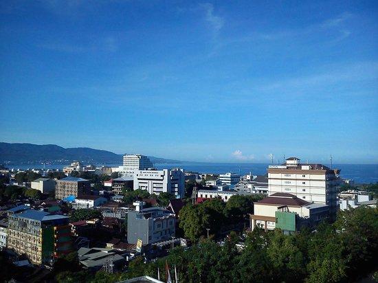 Sintesa Peninsula Hotel : Pemandangan Kota Manado dari Kamar