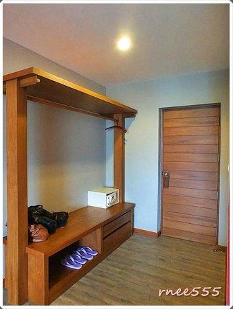 Ao Prao Resort: บริเวณแขวนเสื้อผ้า และตู้เซฟ