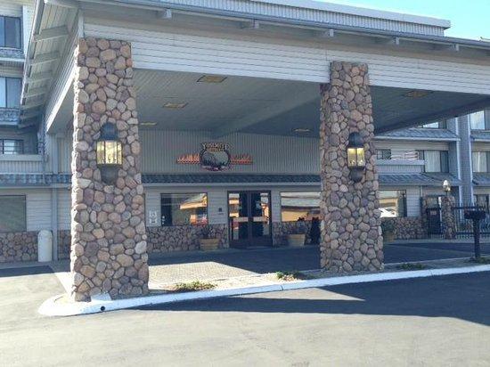 Yosemite Southgate Hotel & Suites: Hotel Entrance