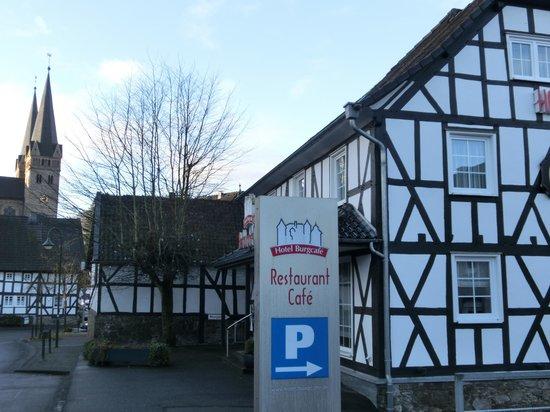 Hotel Burgcafe: 外観と近くの教会