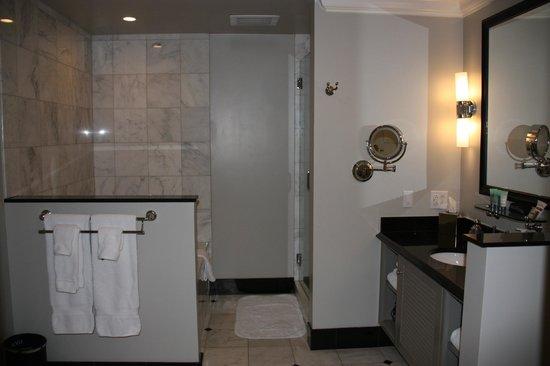 French Quarter Inn: Suite Bathroom