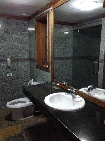 Royal Hotel & Healthcare Resort Quy Nhon: bath