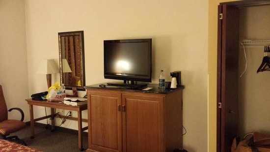 Drury Inn & Suites San Antonio Near La Cantera Parkway: TV/dresser