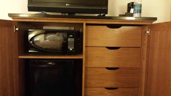 Drury Inn & Suites San Antonio Near La Cantera Parkway: Dresser/mini fridge/Microwave