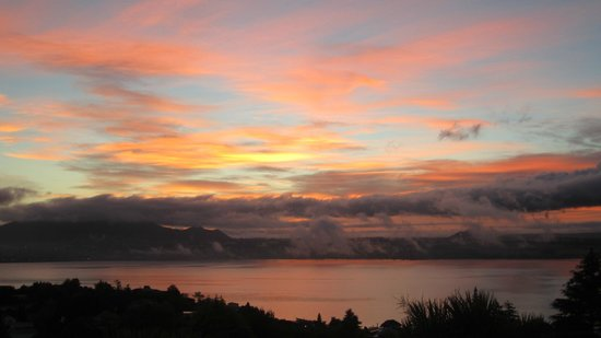 Tauhara Sunrise Lodge: Sunrise - from balcony