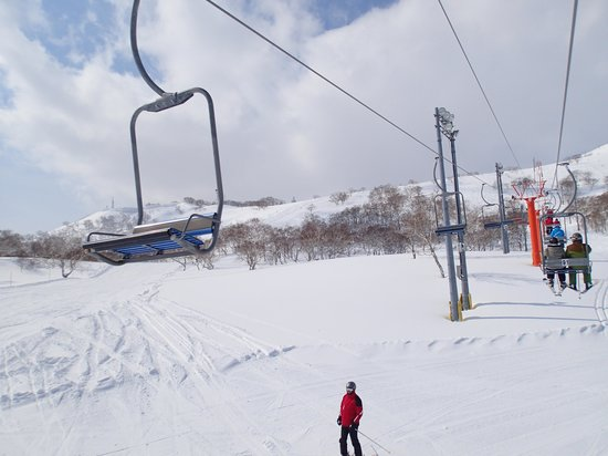 Niseko Mountain Resort  Grand Hirafu Ski Place : Pair chair, no safety rail or foot rest