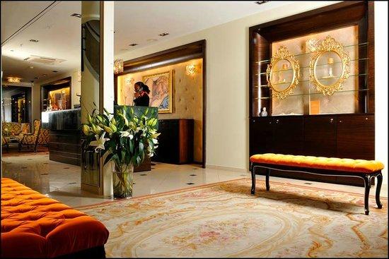 Chalet L. Raphael : Lobby Entrance