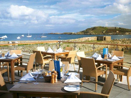 Braye Beach Hotel: Eating on the terrace outside the bar