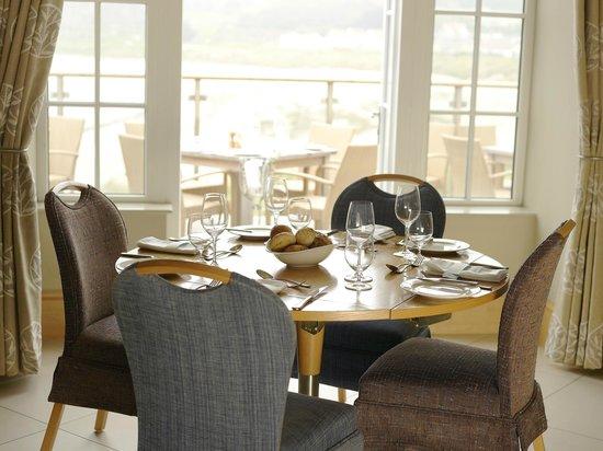 Braye Beach Hotel: Main restaurant looking out over the beach