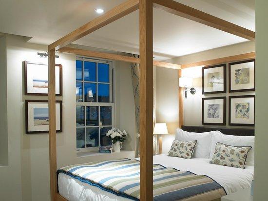 Braye Beach Hotel: Bedroom overlooking the beach