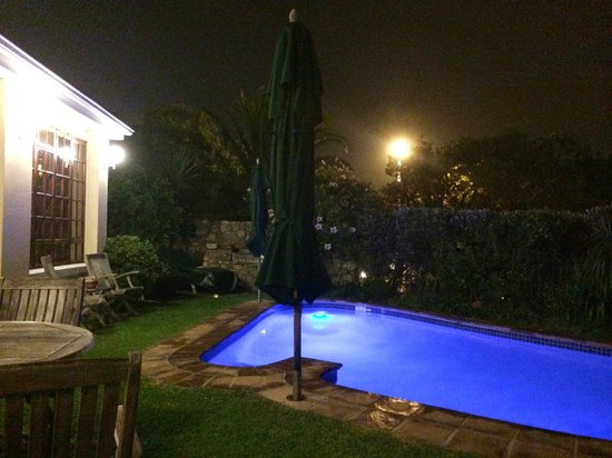 Ambiente Guest House: pool at night