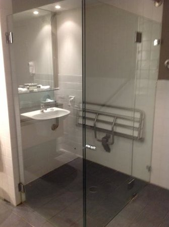Adina Apartment Hotel Sydney : Huge shower and bathroom