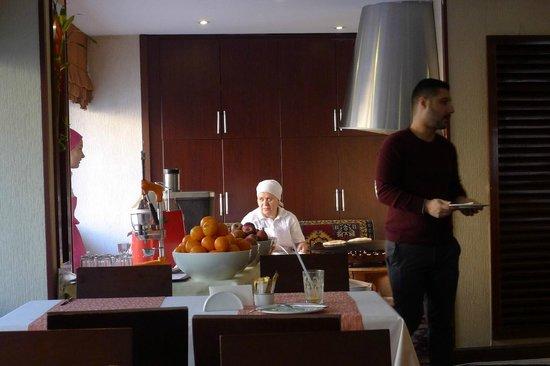 Hotel Mosaic: Завтрак - приготовление слоёных пирогов