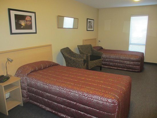 Alhambra Oaks Motor Lodge: The Twin share unit is great for sports teams or friends travelling together