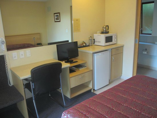 Alhambra Oaks Motor Lodge: The small studio kitchenette comes equipped with a microwave, kettle, fridge and toaster