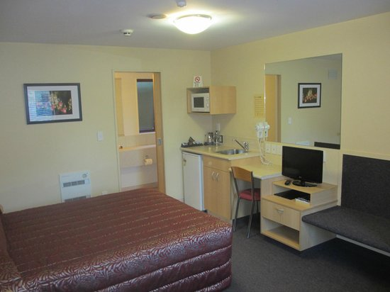 Alhambra Oaks Motor Lodge: Our Studio units have Sky TV, a desk, ironing facilities, phone and radio