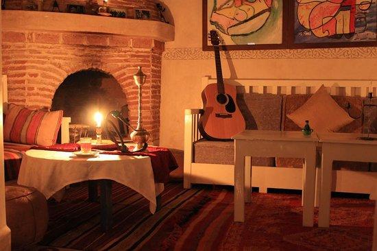 Riad Dar Afram: fireplace