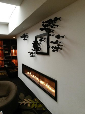 Crowne Plaza Amsterdam City Centre: Fish off the wall by the fire