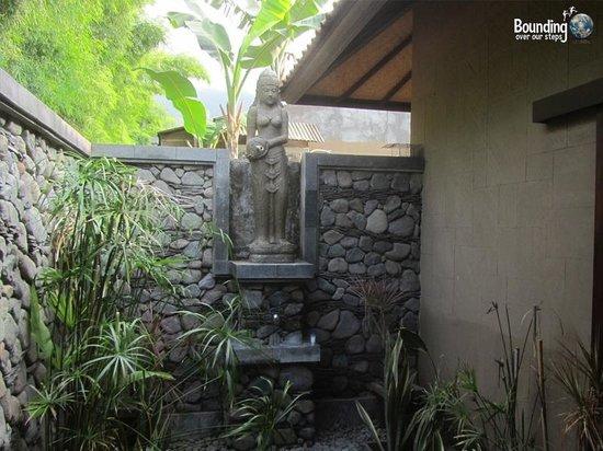Taruna Homestay: Outdoor Bathroom