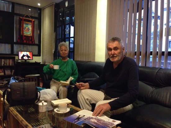 Hotel Buddha Land: Guest enjoying coffee in lobby