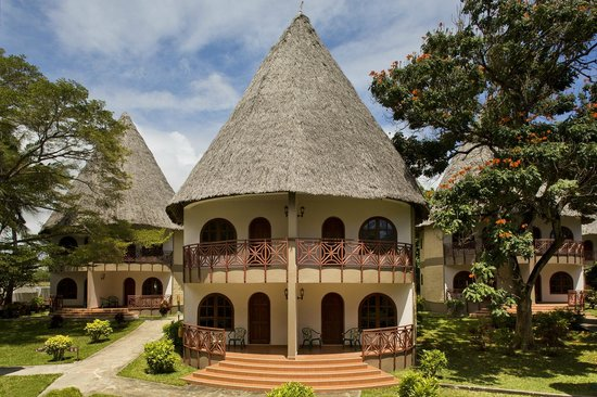 Neptune Paradise Beach Resort & Spa : rooms in African cottages with makuti roof