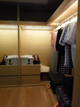 Fraser Suites Chengdu : Walk in wardrobe