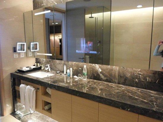 Fraser Suites Chengdu : Built in bathroom TV a bonus