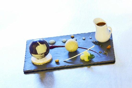 Kyriad Grenoble Nord - Le Fontanil : Sphère aux 2 Chocolats coeur aux poires, caramel au beurre salé,