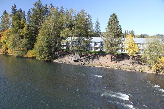 Edgewater Inn ( river side )