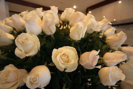 NH Collection Quito Royal: Розы в лобби отеля