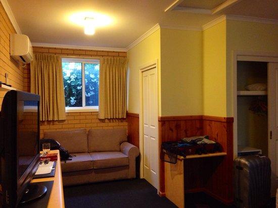 Port Campbell Parkview Apartments: Espacio con mesa para desayunar.