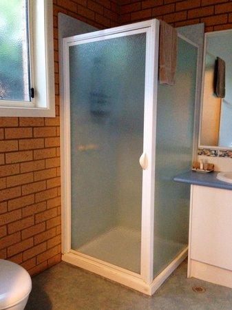Port Campbell Parkview Apartments: Cuarto de baño.