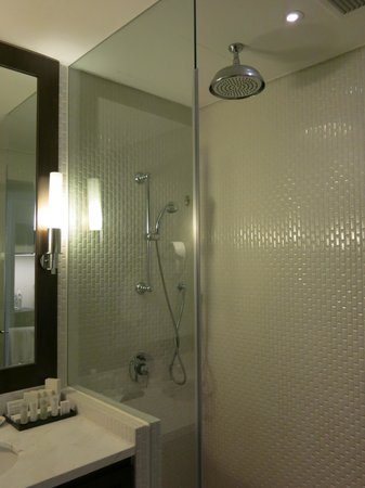 Rendezvous Hotel Singapore by Far East Hospitality: Rendezvous Hotel SG: Bathroom