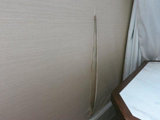 Rendezvous Hotel Singapore by Far East Hospitality: Rendezvous Hotel SG: Peeling Wallpaper