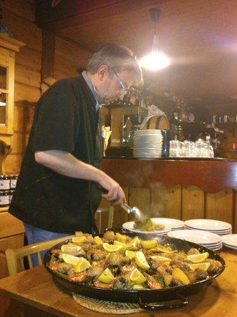 Gite-Auberge La Chouette: paella servie par le chef ! excellente !