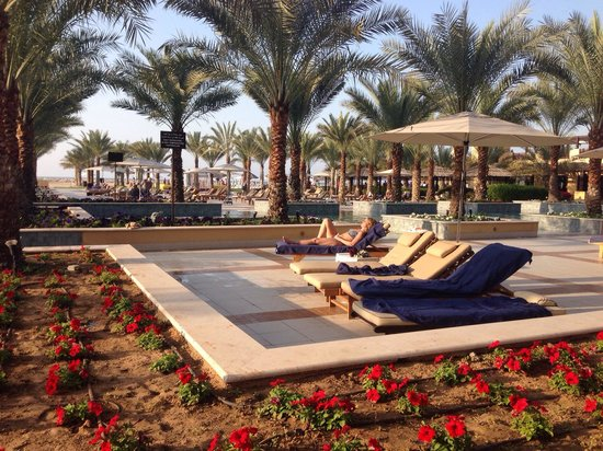 Hilton Ras Al Khaimah Resort & Spa: Pool area outside the Hotell