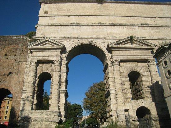 Porta Maggiore: Fine architecture